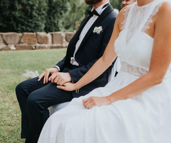 Brautpaar Hand in Hand bei ihrer freien Trauung