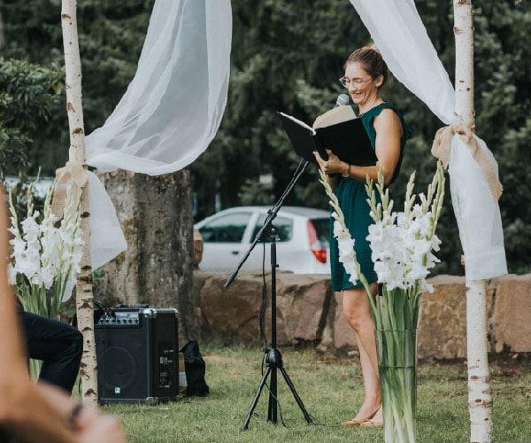 Michelle Garde hält eine Hochzeitsrede bei einer freien Trauung