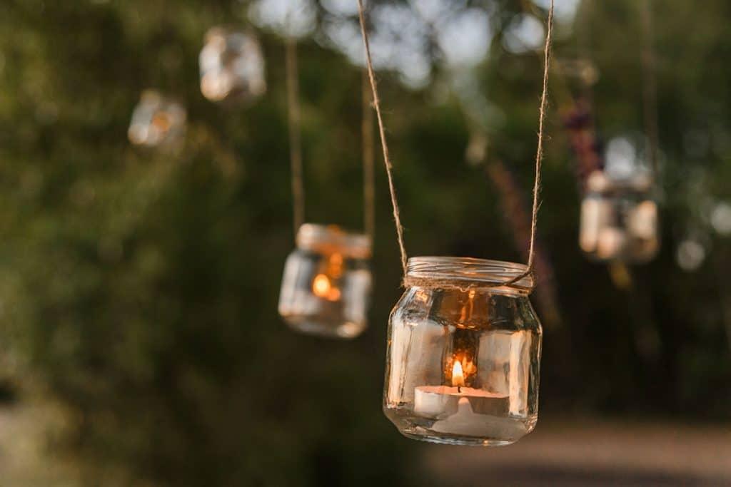 Teelichter im Einmachglas am Baum hängend für die Hochzeit.