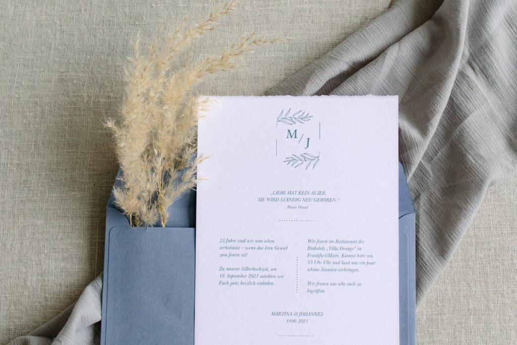 Hochzeitseinladungskarte aus recyceltem Papier